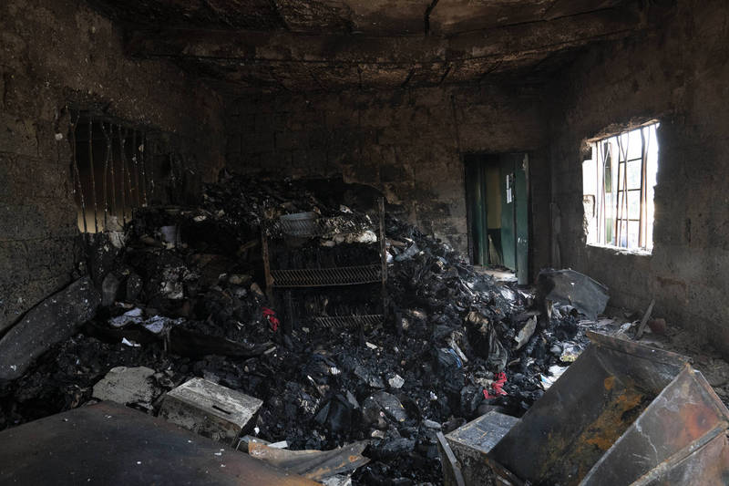 Many criminals armed with rocket-propelled grenades, machine guns, explosives and rifles, attacked the prison building with violent firepower, which directly caused a large number of prisoners to escape and escape.  (Associated Press)