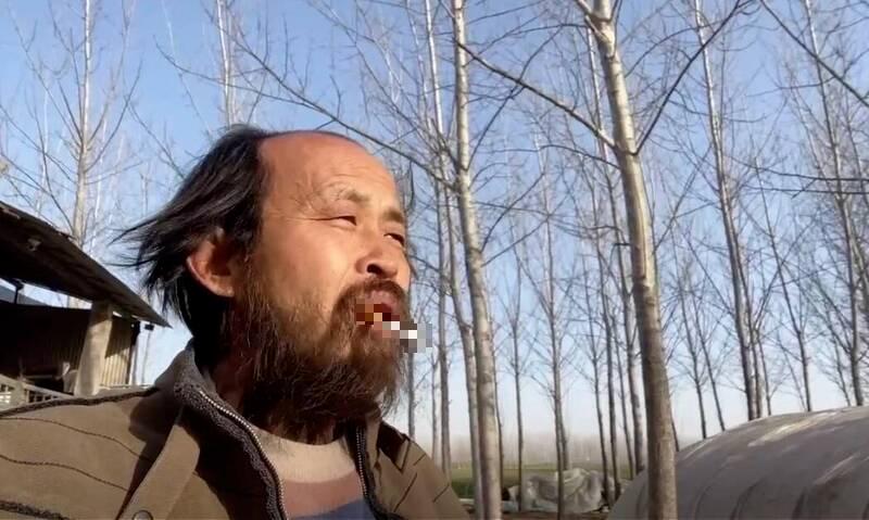 中國網紅「國罵哥」以行為藝術表達對中國社會制度與現象的不滿,遭判刑1年2個月。(取自網路)