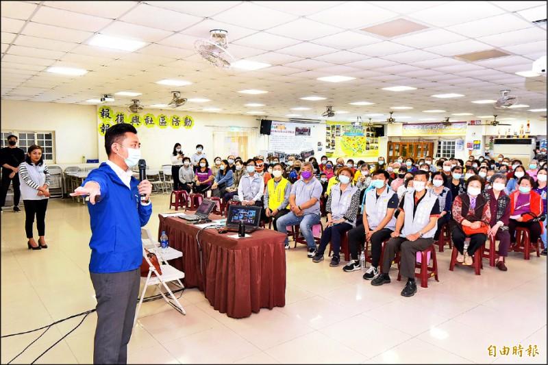 新竹市長林智堅(左前)到各社區鄰里宣傳節水措施,呼籲市民一起成為節水達人,省今日之水、解明日之渴。(記者洪美秀攝)