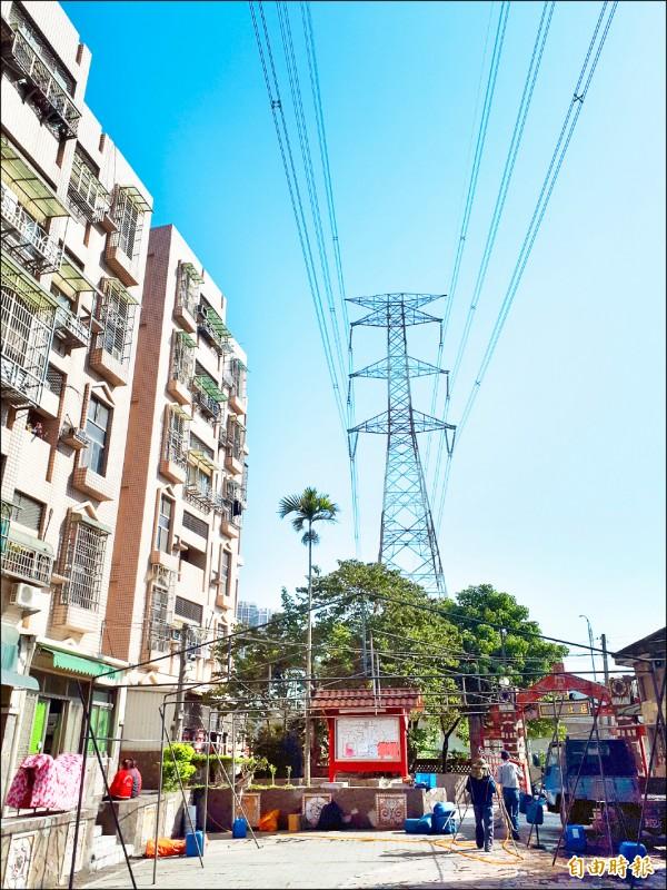 超高壓電塔通過瑞興國宅,對社區安全影響甚鉅,台電已經設計遷移,預計2024年底完工。(記者謝武雄攝)
