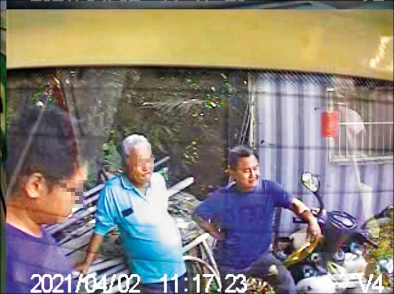 義祥工業社老闆李義祥(右)事發後在工寮前與友人聊天;檢方說,目前資料中並沒有他的報案資訊。(資料照,記者王錦義翻攝)
