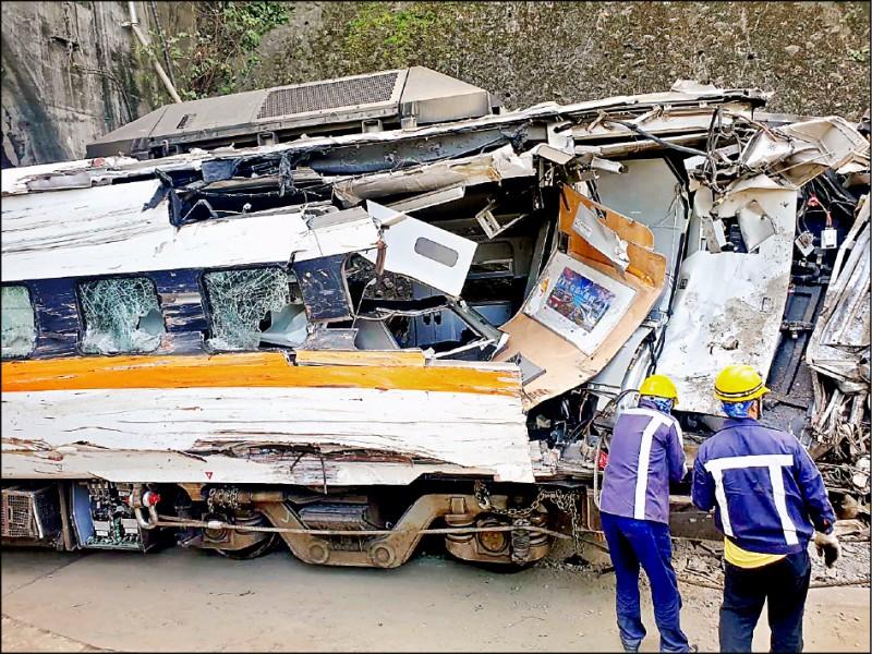太魯閣號事故列車第七、八車廂撞擊最為嚴重,台鐵先支解部分殘體,並在昨天下午拖出第七車廂,車體扭曲變形,怵目驚心。(記者王峻祺翻攝)