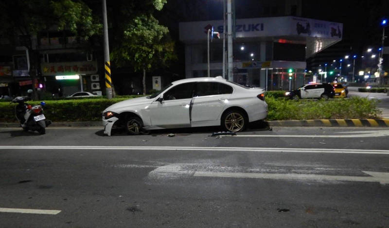 男酒駕BMW載女自撞分隔島彈到對向車道,女乘客一度自稱駕駛被識破,警方正式偵辦時改口逃過觸法。(民眾提供)