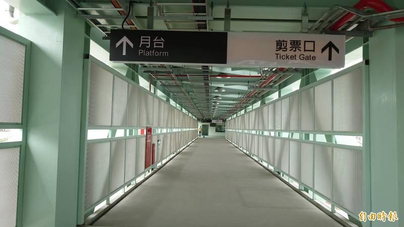 台南車站臨時後站進出動線,民眾旅客經由跨站天橋通往前站及第1、2月台。(記者洪瑞琴攝)