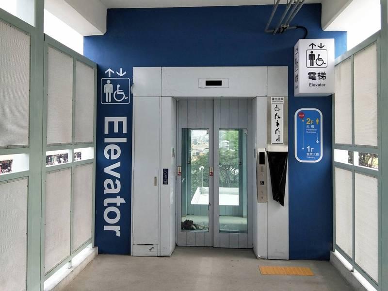 台南新設臨時後站新增設3部無障礙電梯以提供行動不便、年長者、孕婦及大型行李旅客等有需求的民眾使用者。(台鐵提供)