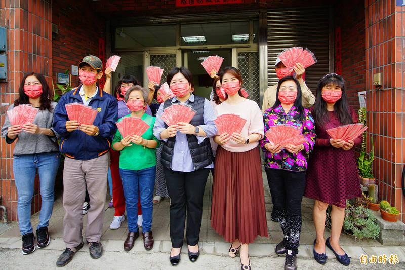 龍井區有信徒們發起製作了1萬個Q版媽祖防疫口罩。(記者何宗翰攝)