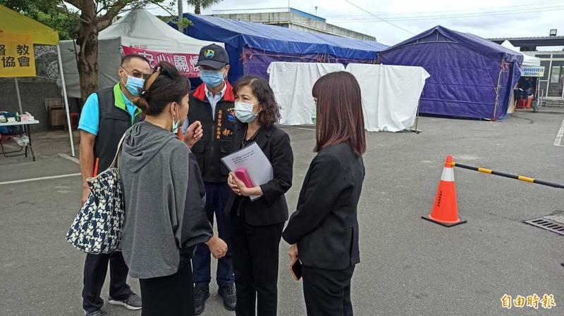 花蓮地檢署檢察長俞秀端(右二)今早對罹難者家屬詢問關於發現殘肢的狀況加以說明,期盼幫家人找回。(記者王錦義攝)