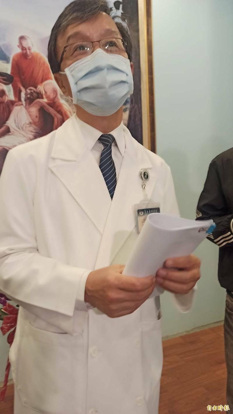 花蓮慈濟醫院醫務秘書李毅今天說明太魯閣意外事故中重傷患的恢復情形。(記者王錦義攝)