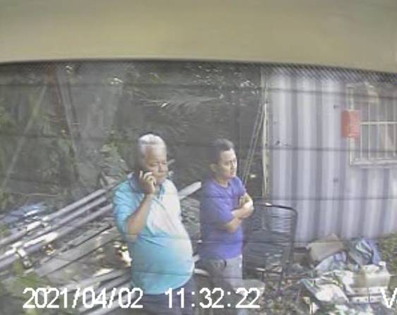 肇事者李義祥(右)的工地合作夥伴、綽號「黑猴」的林長清今被檢警帶回現場,以關係人身分,協助還原2日事故現場狀況。(記者王峻祺翻攝)