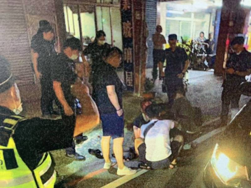 警方圍捕袁姓通緝犯險釀槍戰,員警制伏袁男。(記者余瑞仁翻攝)