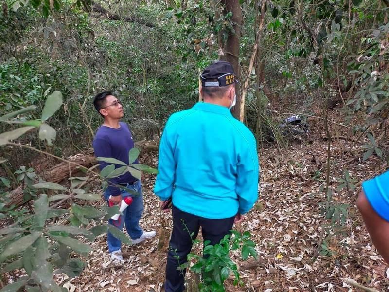 鄉民在路旁邊坡附近搜尋。(取自南和村長陳文山臉書)