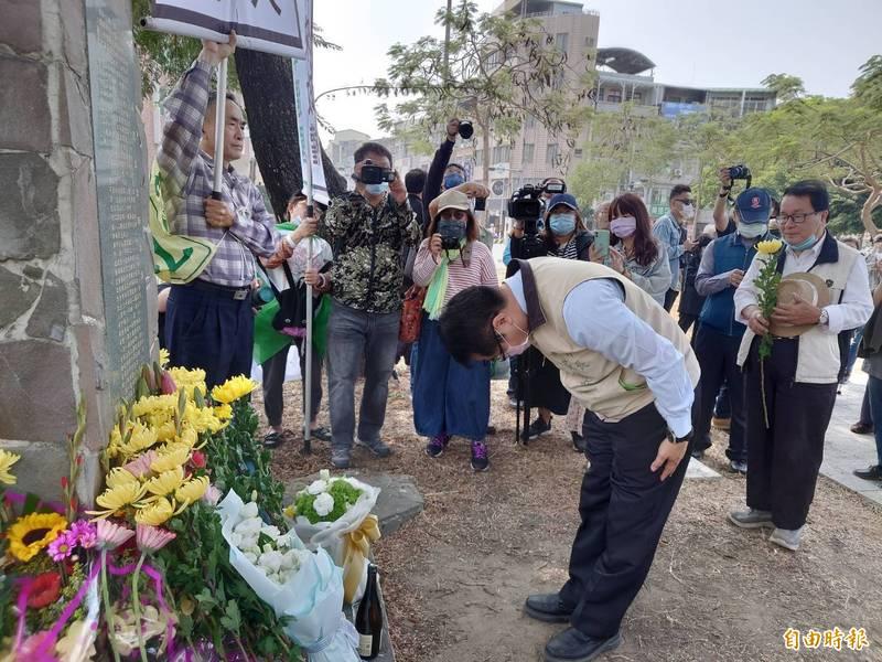 促進轉型正義委員會公告不義遺址,台南原民生綠園(湯德章紀念公園)是其中1處。圖為今年3月13日湯德章紀念追思會,台南市長黃偉哲在湯德章雕像前獻花致敬。(記者洪瑞琴攝)