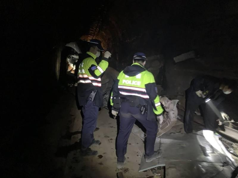 鐵警進隧道清查遺留物。(記者王冠仁翻攝)