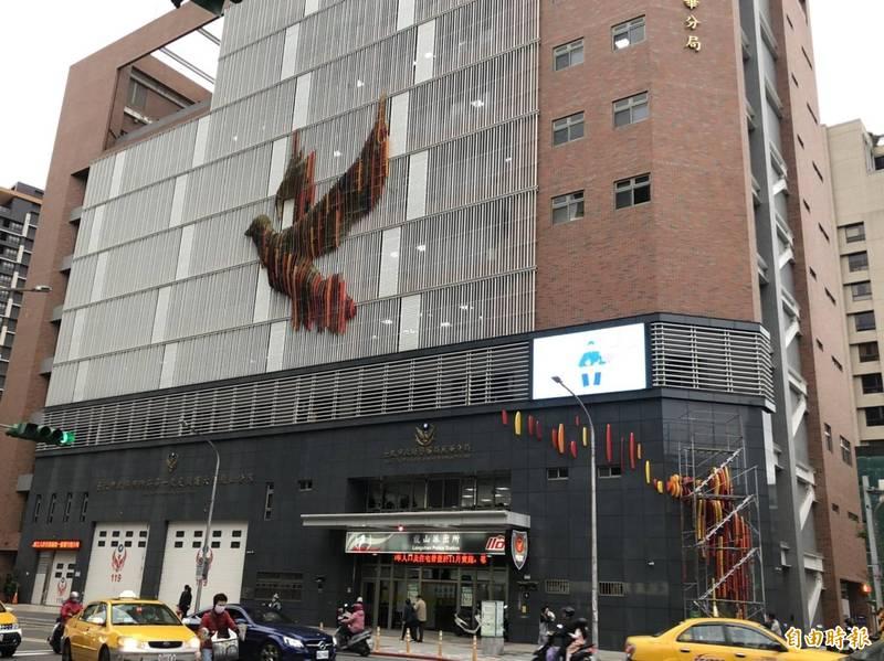 北市警萬華分局外牆上鐵鴿展翅引關注。(記者劉慶侯攝)