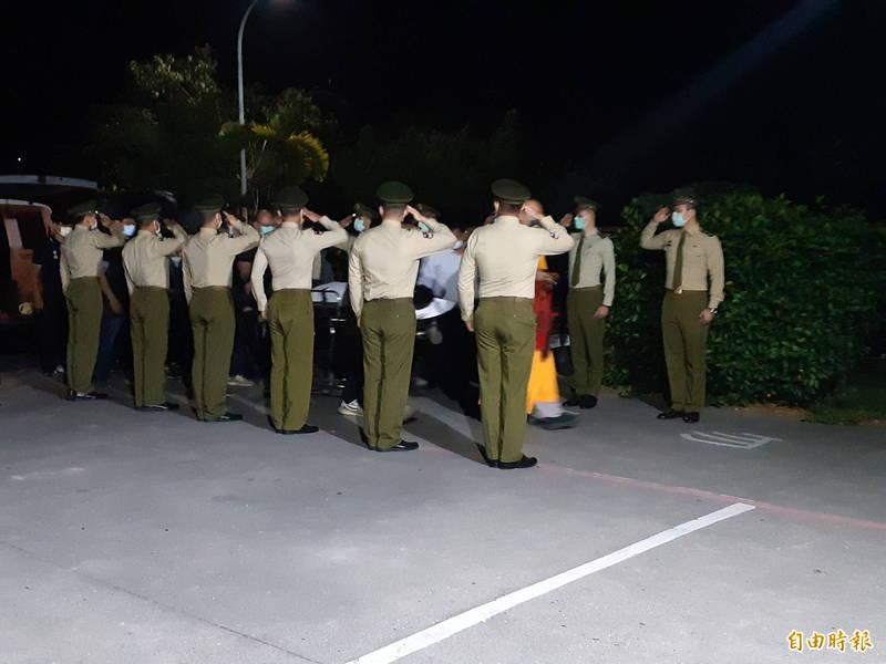 憲兵莊建致遺體運回台東,憲兵列隊敬禮迎靈。(記者黃明堂攝)