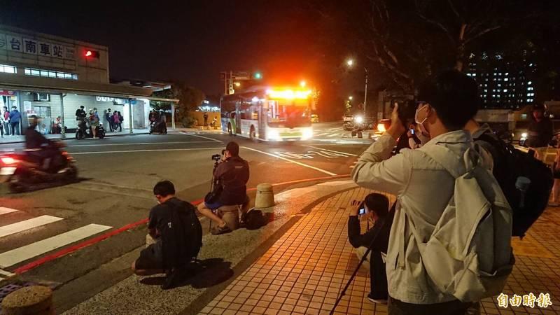 不少民眾來拍照留影,送別44年歷史的台南車站後站。(記者洪瑞琴攝)