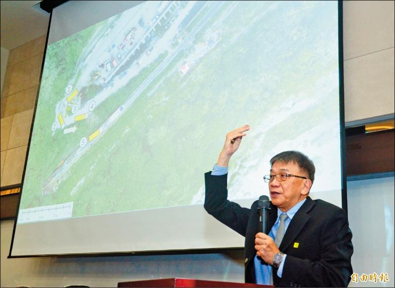 運安會主委楊宏智表示,工程車翻落邊坡時有揚塵,該車卡在軌道到事故發生,僅短短一分多鐘。(記者王藝菘攝)