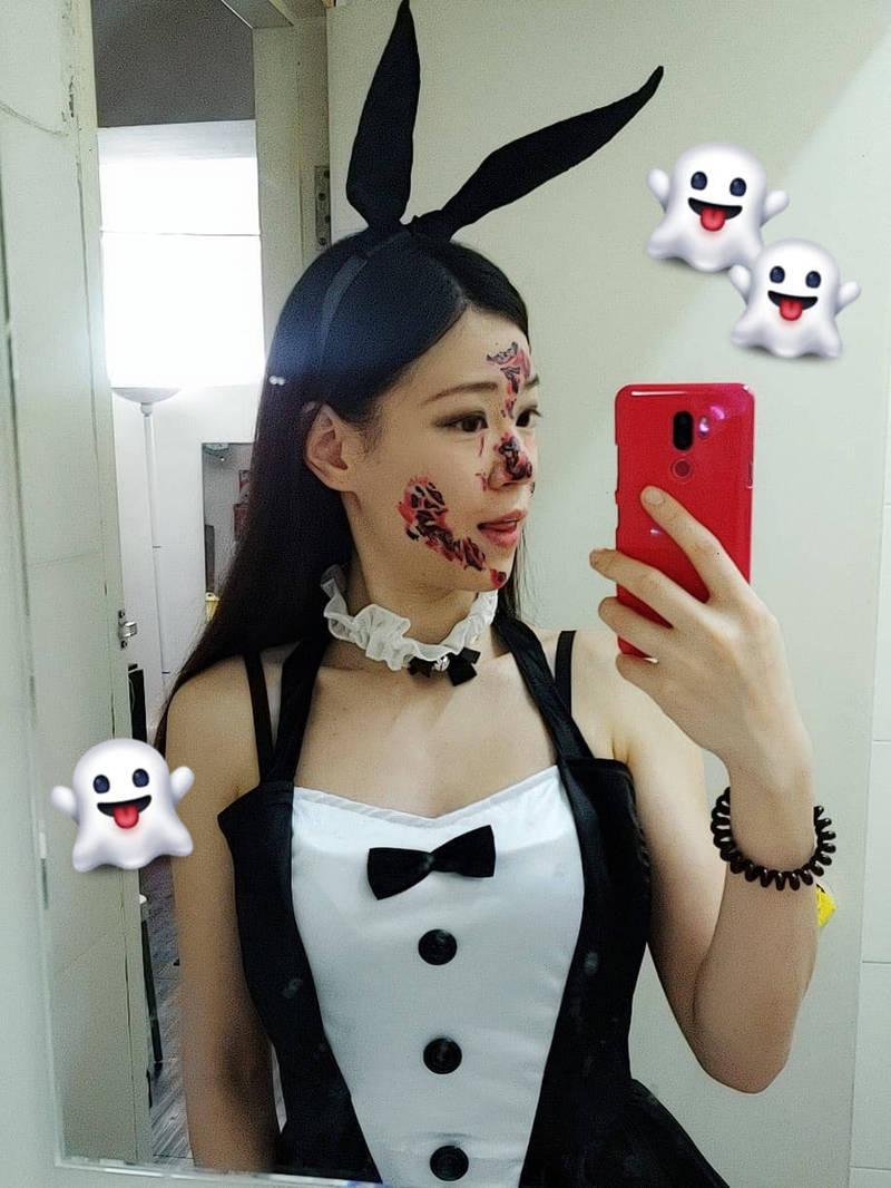 她常在臉書上分享角色扮演的日常,穿著女僕照拍照的她看來相當性感。(圖翻攝自Emilyck Chan臉書)