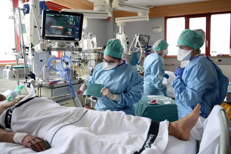 全球已有287萬4984人死於武漢肺炎,至少1億3238萬2700例確診,圖為比利時醫護人員在加護病房中照護病患的畫面。(路透)