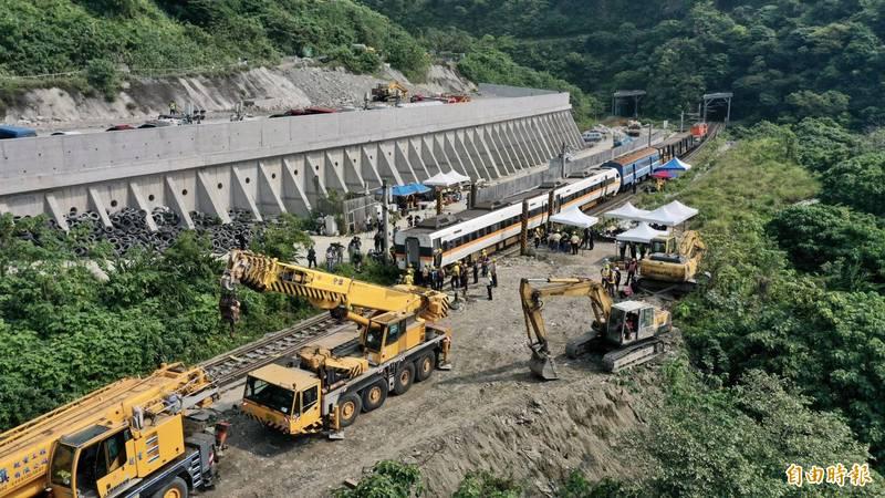 台鐵發生嚴重死傷事故,媒體不斷播送,NCC證實已有多件檢舉案。(記者羅沛德攝)