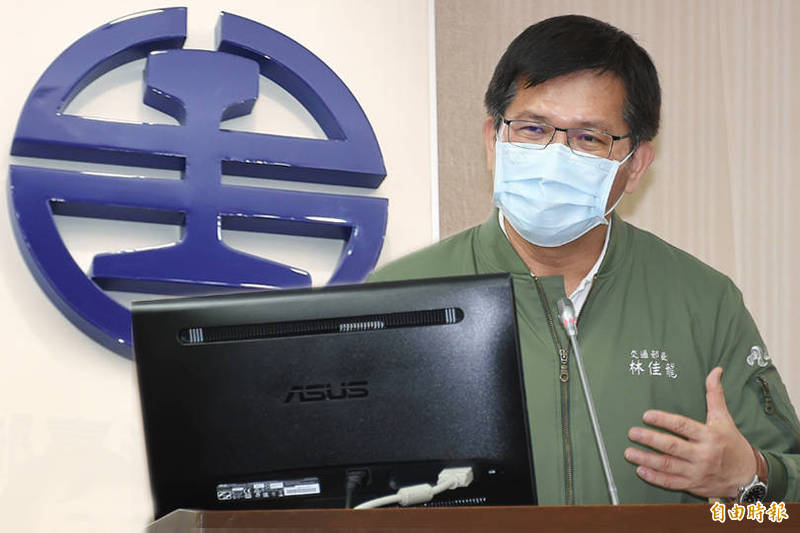 交通部長林佳龍今在立院答詢表示,台鐵公司化有台北捷運公司和中華郵政公司前例可循,不會影響員工權益及裁員。(記者塗建榮攝、資料照;本報合成)