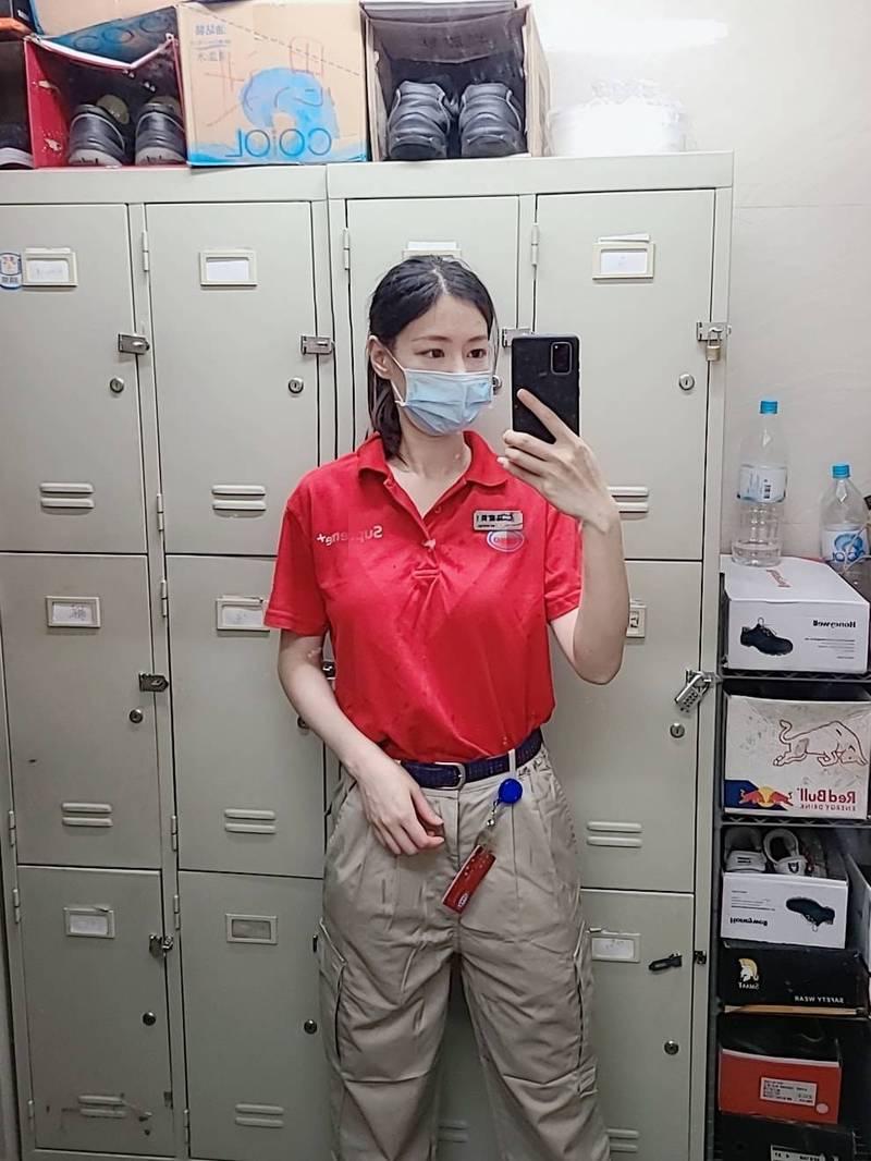 香港的辣妹Emilyck Chan在加油站上班,卻因長相清新脫俗讓她暴紅。(圖翻攝自Emilyck Chan臉書)