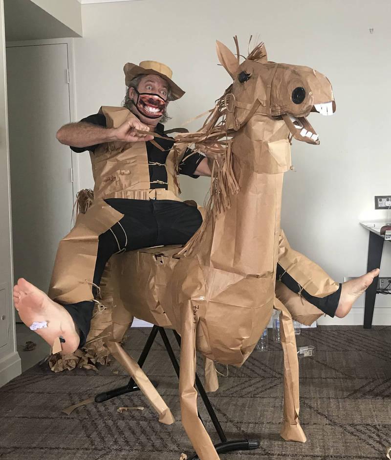 澳洲防疫旅店一名男子用防疫餐的包裝紙袋,製作出牛仔套裝及一匹馬。(美聯社)