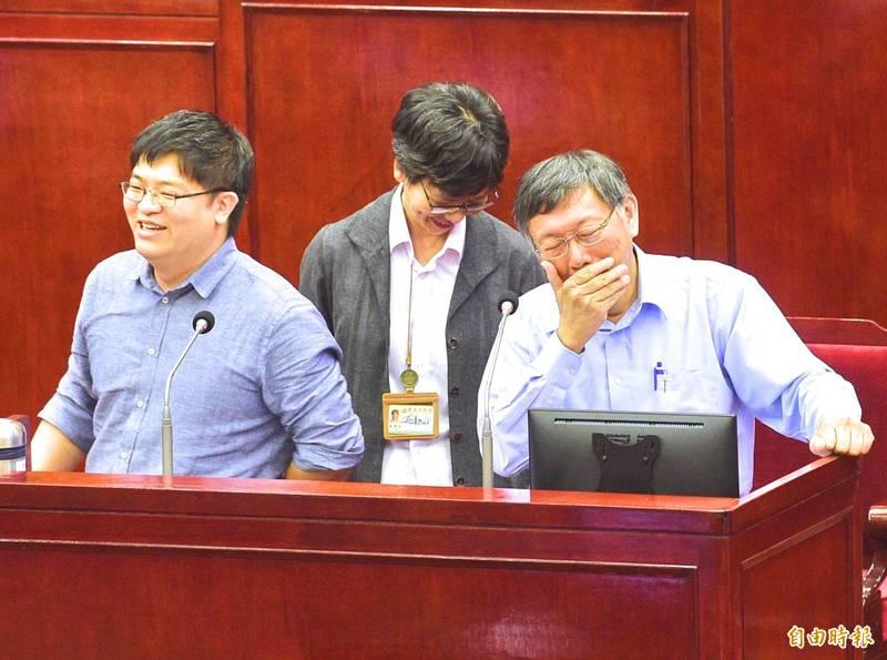柯文哲的「網軍頭」邱昱凱(左1)出任悠遊卡公司總經理,外傳年薪350萬起跳。(資料照)
