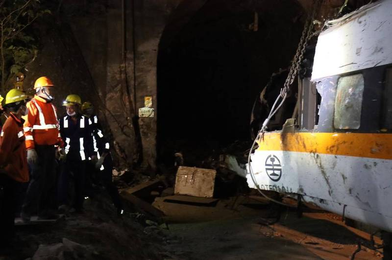 第8車廂昨深夜移出隧道。(圖擷取自林佳龍臉書)