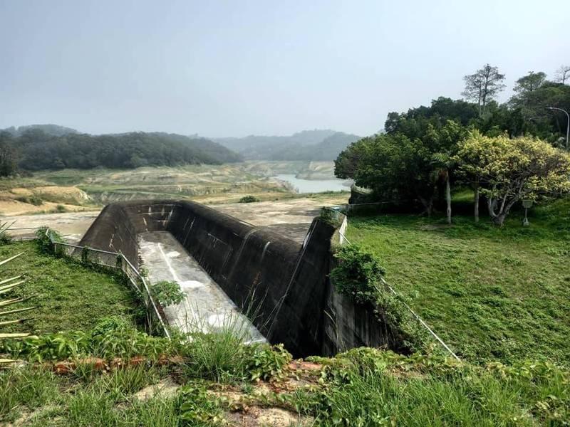 有民眾探訪苗栗永和山水庫,發現「真的見底了」,目前蓄水率僅剩下8%。(陳平章授權使用)