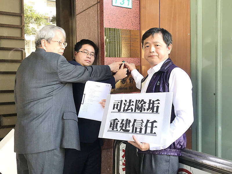 Civic group representatives lodge a complaint at the Taipei District Prosecutors' Office yesterday against six former judges implicated in the Weng Mao-chung corruption case. Photo: CNA