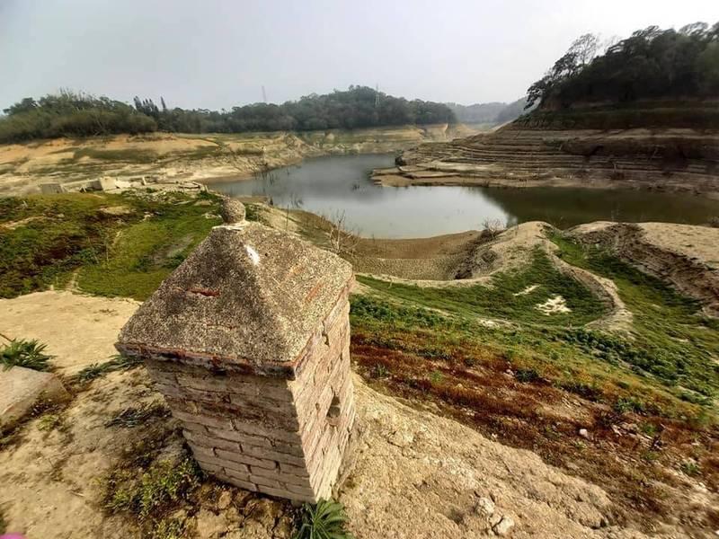 永和山水庫久旱之後水位明顯退去,庫底乾涸見底,淹沒40多年的老房子與土地公廟遺跡則重見天日。(陳平章授權使用)