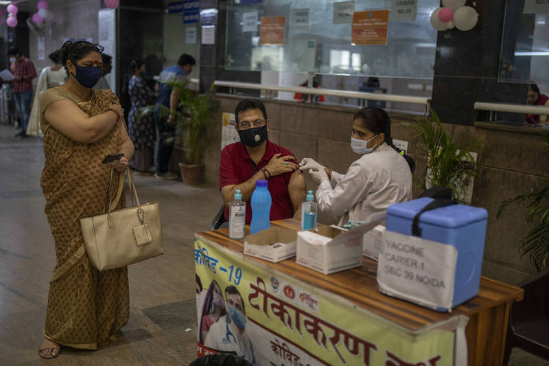 印度5日創下單日10萬人確診新高紀錄後,今日又增加11萬5736人確診,刷新紀錄。圖為印度民眾接種疫苗的畫面。(美聯社)