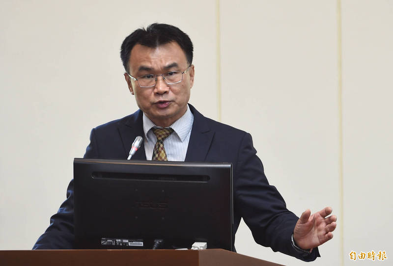 農委會主委陳吉仲7日表示,已要求業者必須維持全程冷鏈,只要有全程冷鏈,即可避免鳳梨「黑心」問題。 (記者劉信德攝)