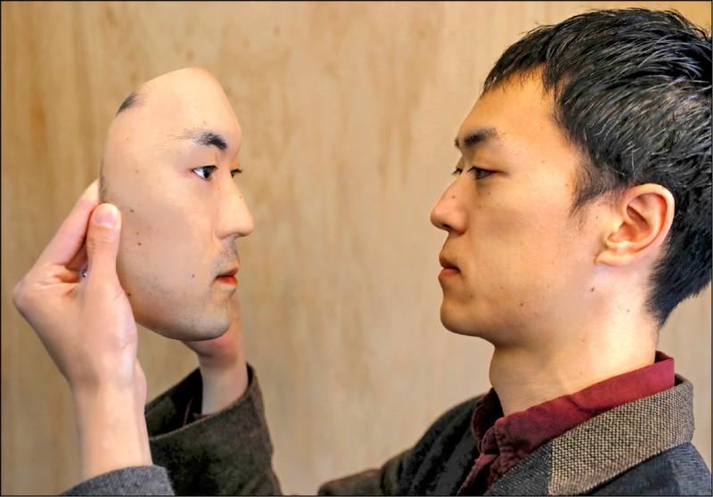 專做仿真面具的東京商人大河原修平。(路透檔案照)
