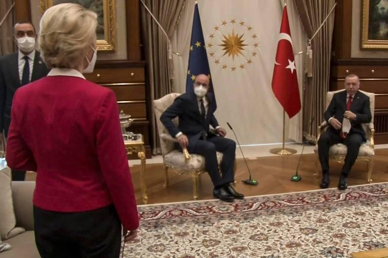 歐盟執行委員會主席馮德萊恩(左一)和歐洲理事會主席米歇爾(左二),6日聯袂訪問土耳其,會晤土國總統艾多根(右一),卻沒椅子可坐,讓她頓時呆立一旁。(法新社)