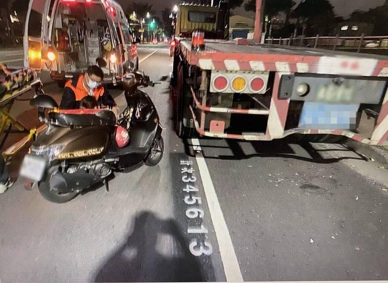 拖板車路邊違停,女騎士凌晨撞車尾送醫。(讀者提供)