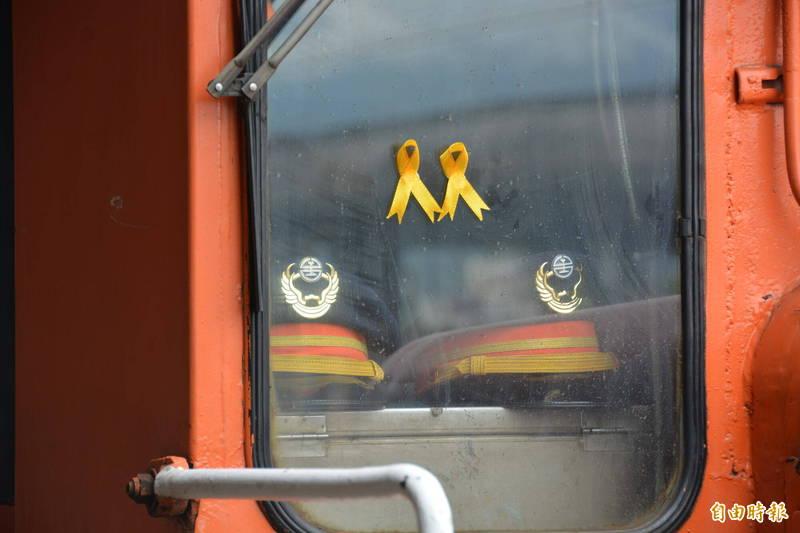 列車駕駛室內放上2頂司機員帽,象徵與袁淳修及江沛峰同在。 (記者王峻祺攝)