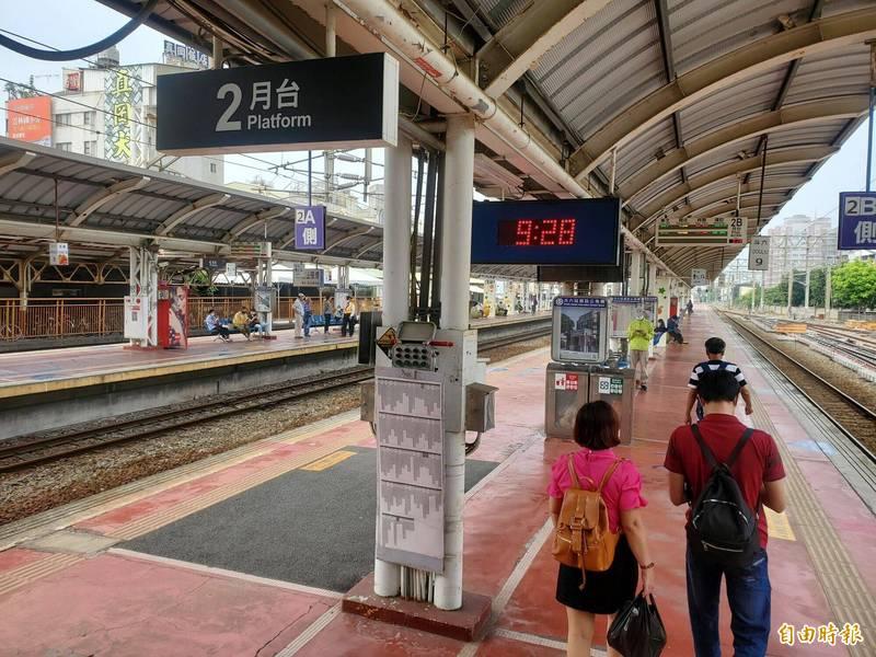 斗六火車站列車誤點,候車旅客在9點28分靜默哀悼。(記者黃淑莉攝)