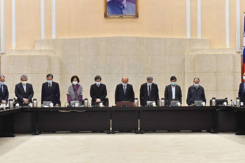 行政院長蘇貞昌主持院會,向台鐵員工喊話表示,要體認改革勢在必行,全體閣員並為罹難者默哀1分鐘。(行政院提供)