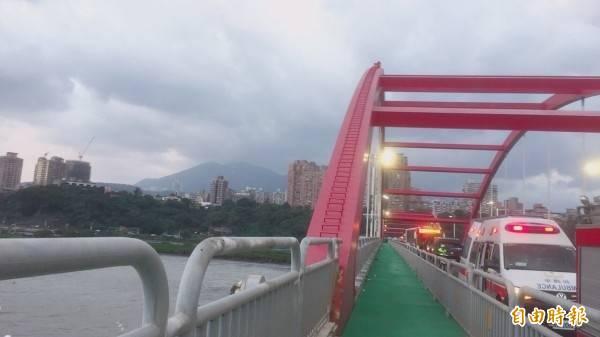 關渡大橋橋拱上的攀爬階原供維修人員使用,但卻常遭民眾擅闖爬至橋上。(資料照)