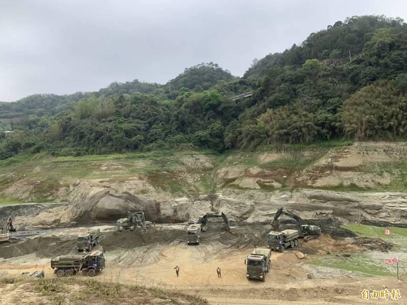 圖為正在清淤的鯉魚潭水庫。(記者蔡政珉攝)
