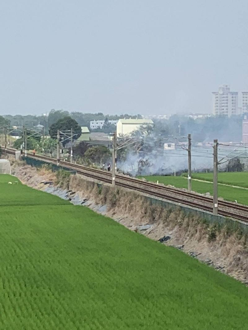 嘉義縣大林鎮緊鄰鐵軌旁一處空地今天下午發生火警。(台鐵提供)