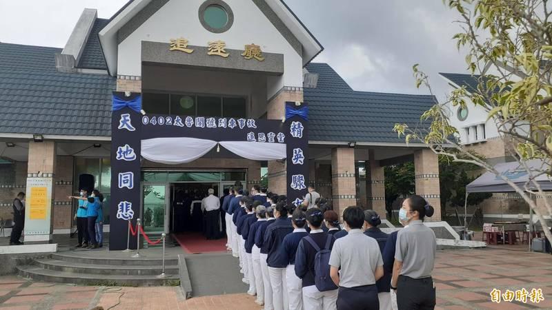 台鐵408太魯閣號事故造成重大傷亡,多人前往設立在台東市立殯儀館的追思靈堂弔唁罹難者。(記者陳賢義攝)