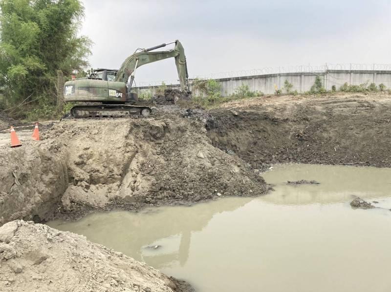 陸軍工兵學校預計以2個半月時間,清除阿公店水庫2萬立方土方,增加水庫蓄水量。(邱志偉服務處提供)