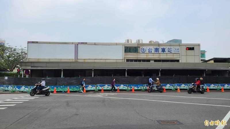 台鐵台南車站舊後站外8日已設置圍籬。(記者劉婉君攝)