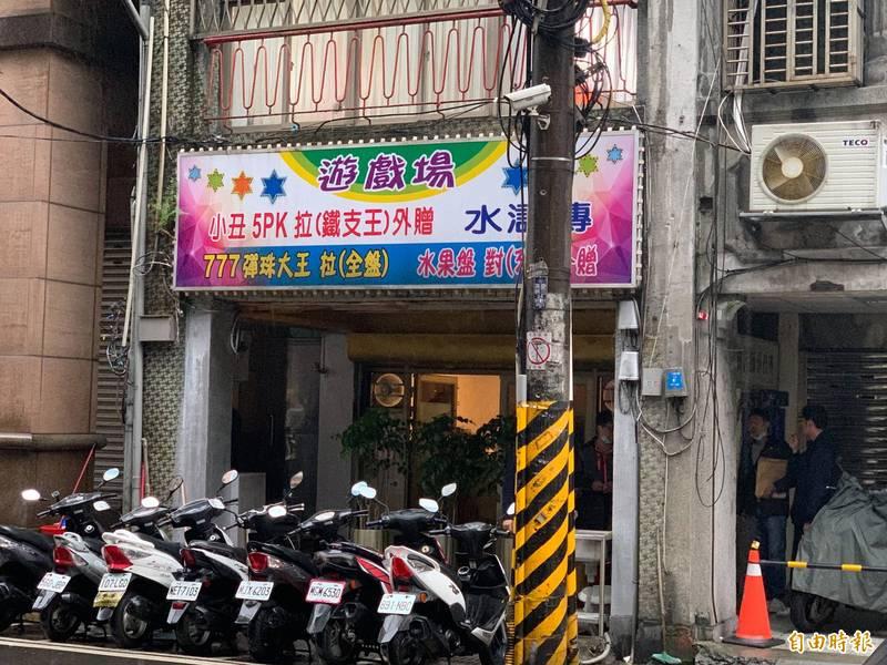 基隆警方今日下午查獲賭博電玩,並查扣店內2台百萬級機械手臂。(記者吳昇儒攝)