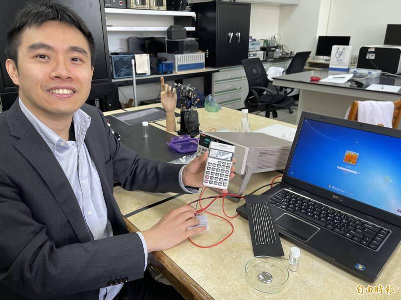 興大教師賴盈至團隊用液態金屬製成電線,靠近電腦20秒即能回收電磁波轉化成電能操作計算機。(記者蘇孟娟攝)