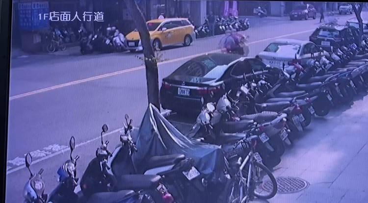 張姓女騎士日前騎車載女兒回家,遇到一輛小黃急切路邊載客,進而撞車,事後上臉書社團提醒網友,並呼籲交通大隊加強取締重罰。(記者闕敬倫翻攝)
