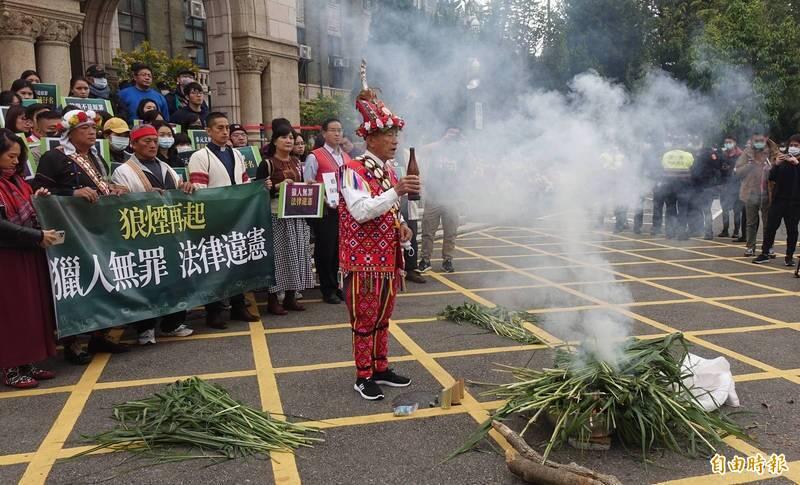 原民團體曾在司法院前升狼煙,抗議王光案判刑。(資料照)